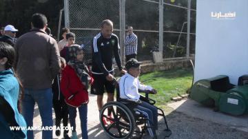 مصطفى حجي في موقف إنساني جميل جدا تجاه طفل من ذوي الاحتياجات الخاصة
