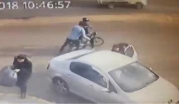 شاهد .. تعرض امرأة للكريساج من طرف لصين بدراجة نارية بولاد زيان
