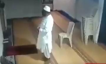 لحظة وفاة رجل أثناء أداء الصلاة داخل المسجد
