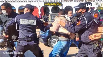 اعتقالات وإغماءات في صفوف الأساتذة المتعاقدين خلال مسيرتهم الاحتجاجية بأكادير