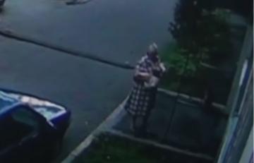 امرأة  تلتقط طفلا سقط من نافذة بناء مرتفع (فيديو)