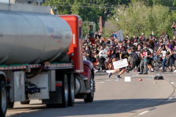 شاحنة تخترق حشود محتجين في مينيابوليس وتعرض سائقها لضرب مُبرّح من غاضبين