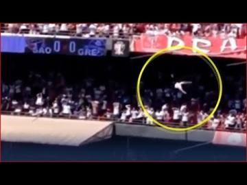 لحظة سقوط مشجع من أعلى مدرج بملعب كرة قدم في الدوري البرازيلي
