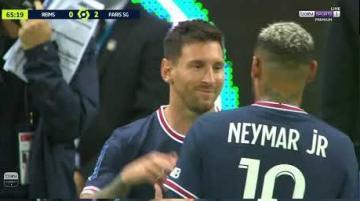 لحظة دخول ميسي أرضية الملعب وأول لمسة في مباراة رسمية مع سان جيرمان