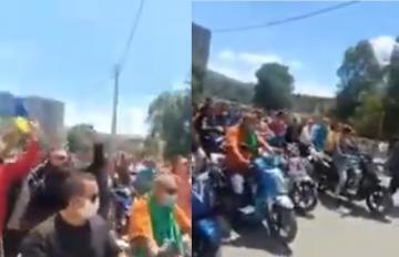 مواطنون يخرجون في مسيرة بمدينة خراطة بالجزائر في اليوم الثاني لعيد الفطر