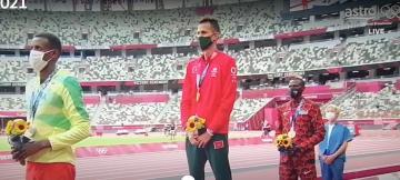 لحظة تتويج البطل المغربي سفيان البقالي بالذهب الأولمبي وعزف النشيد الوطني