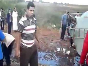 فضيحة: شوفو الناس اش دارو بعد انقلاب شاحنة محملة بالبنزين