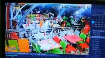 شاهد لحظة اقتحام سيارة مطعم للمأكولات السريعة بمراكش و دهس زبنائه