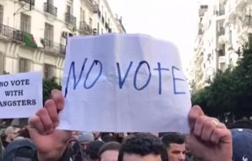 آلاف المتظاهرين وسط العاصمة الجزائرية ضد الانتخابات الرئاسية