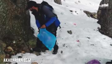 مبادرة حسنة: مواطن من نواحي شفشاون ينظف منتجعا طبيعيا من مخلفات ما يتركه الزوار وسط الثلوج