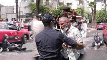 أجواء متوترة بين أصحاب سيارات الأجرة والسلطات العمومية بالدارالبيضاء وهذا ما وقع لأحد رجال الأمن