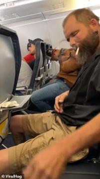 رجل يشعل سيجارة على متن طائرة