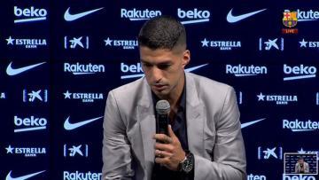 سواريز يجهش بالبكاء في مؤتمر وداع برشلونة