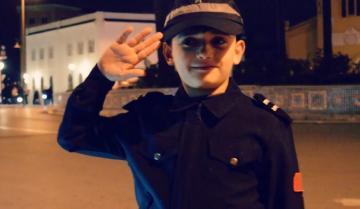 """شرطي صغير بتطوان: على المواطنين احترام قانون السير وحلمي أن أصبح شرطيا """"للقبض على الشفارة"""""""