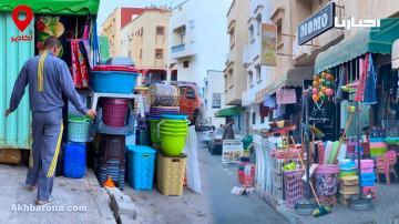 أكادير.. مواطن يطالب بحريته في المشي فوق الرصيف بعد احتلاله من طرف أصحاب المحلات التجارية