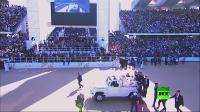 طفلة تهجم باتجاه مركبة البابا في الإمارات.. شاهد ماذا حصل؟