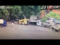 موظف ينتقم من مديره بطريقة قاسية (فيديو)