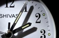 مسؤول قضائي ينبِّهُ  إلى خرق القانون والدستور في تغيير عقارب الساعة