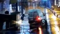 شاهد كيف اقتحمت شاحنة معبر باب سبتة المحتلة وعلى متنها 52 مهاجرا إفريقيا