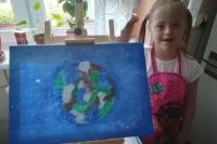 ملكة بريطانيا تفاجئ طفلة مصابة بمتلازمة داون بعد إهدائها لوحة فنية