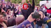 """شرطي أمريكي يخلع ملابسه الوظيفية وينضم إلى صفوف المحتجين تضامنا مع الأميركي """"فلويد"""" (فيديو)"""
