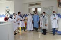 """بالفيديو... مغادرة سيدة شفيت من """"كورونا"""" المستشفى تحت تصفيقات العاملين بالصحة ببني ملال"""
