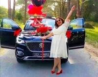 رجل يهدي لزوجته سيارة لتعبها في شهر رمضان(صور)