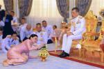 ملك تايلاند يعزل نفسه في فندق مع 20 امرأة!